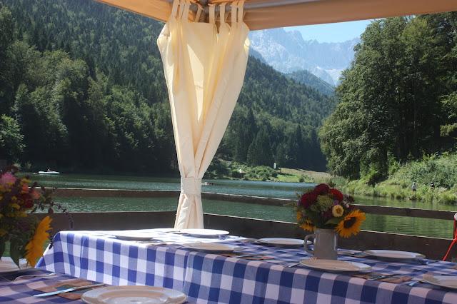 Floßfahrt - Bunte Wiesenblumen-Hochzeit im August, Riessersee Hotel Garmisch-Partenkirchen, Bayern, Hochzeitslocation, Wedding in Bavaria, wild flowers wedding scheme