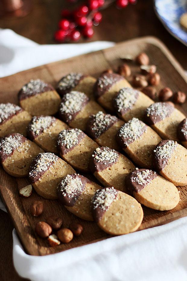 Sausainiai su lazdyno riešutais ir pienišku šokoladu