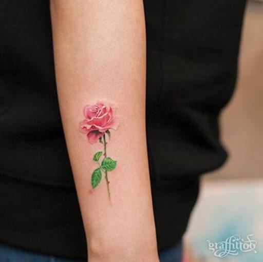 Esta pequena rose tattoo