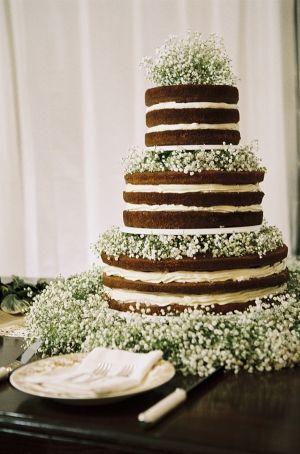 tort ślubny ozdobiony kwiatami, tort ślubny ozdobiony gipsówką, gipsówka na weselu