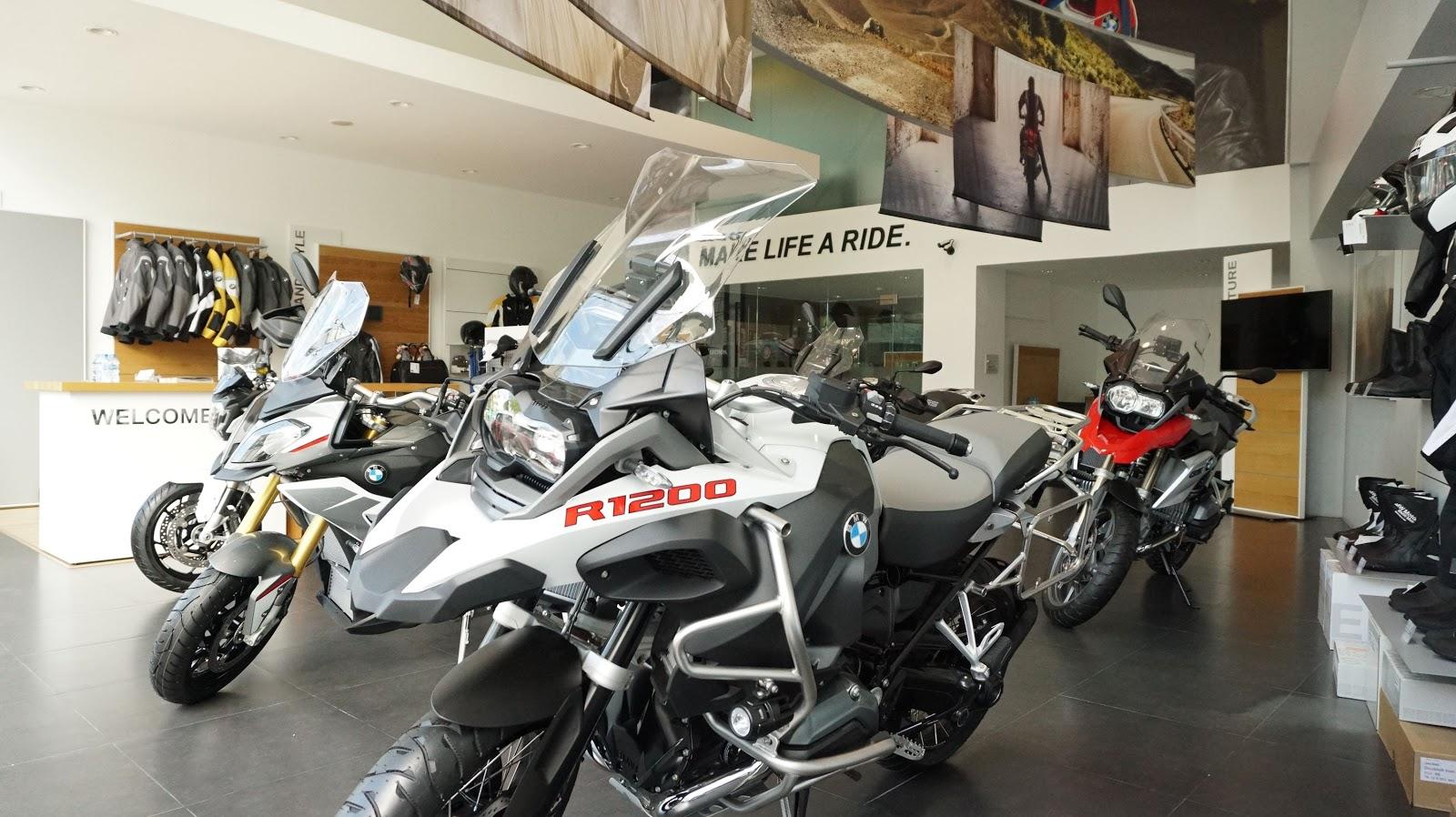 BMW Motorrad đầy đủ các dòng mô tô và đồ bảo hộ trong showroom