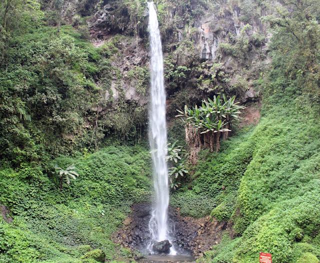 Di dalam areal wisata alam ini terdapat dua air terjun sehingga disebut sebagai coban kembar. Di sebelah kanan terdapat kolam yang dapat digunakan oleh pengunjung untuk mandi.