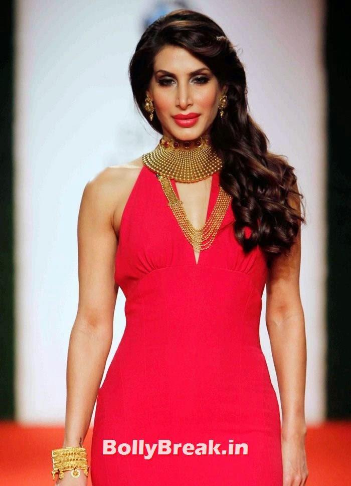 Nargis Fakhri Dazzled the Azva Red Carpet Ramp at IBFW, Nargis Fakhri Black Dress Hot Pics from Indian Bridal Fashion Week 2014