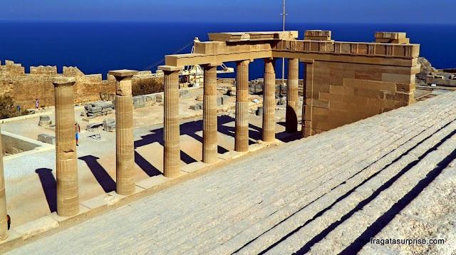 Propileu (portão principal) da Acrópole de Lindos, Ilha de Rodes, Grécia