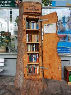Un librero con con el tronco completo de un árbol