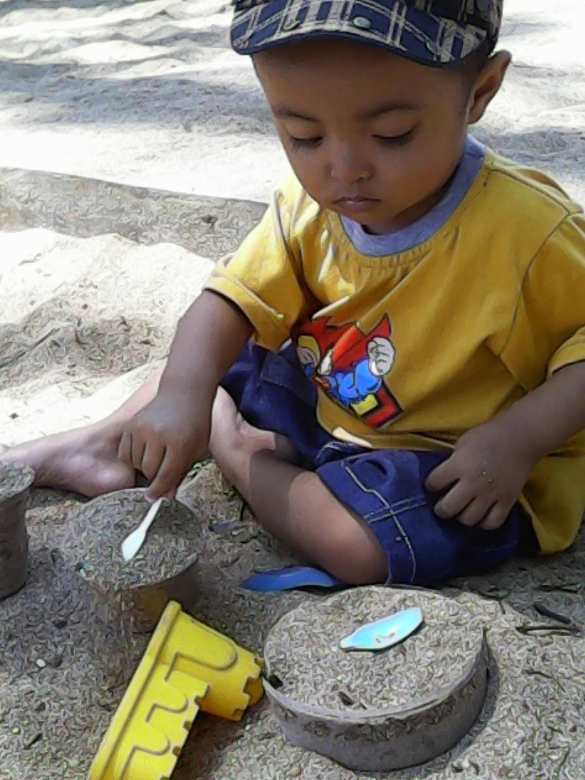 Weekend Asyik Main Pasir Di Taman Trunojoyo Malang Keluarga Biru