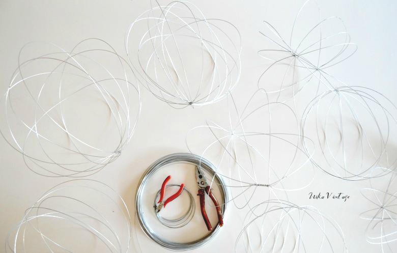 Creamos un jardín flotante de tillandsias con un móvil de esferas de alambre, un diy muy fácil pero con un resultado espectacular