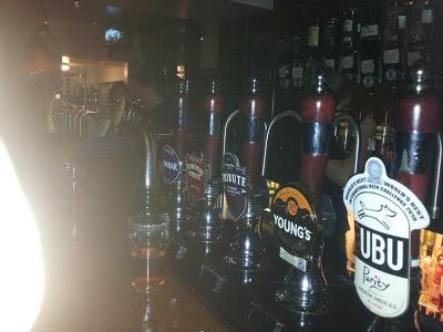 Cervejas em um pub em Londres, Inglaterra