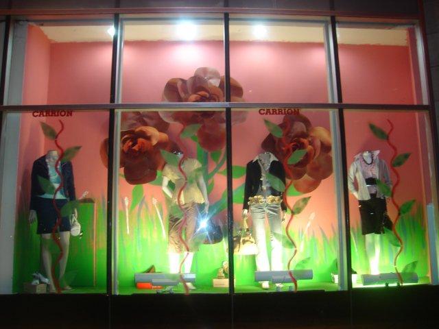 Decoracion de vitrinas en tiendas y centro comerciales for Decoracion para vitrinas
