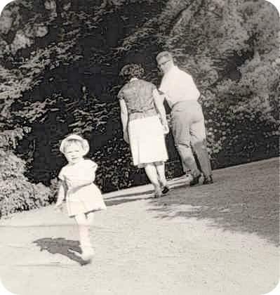 Ich im Alter von 3 Jahren auf die Kamera zu, zuügig durch einen Park marschierend.