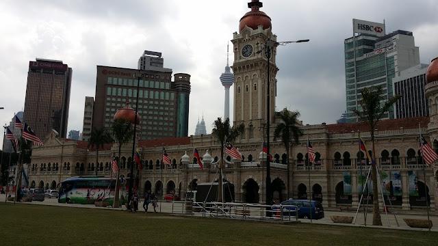 Edificio Sultán Abdul Samad con la Torre Menara y las Petronas al fondo (Kuala Lumpur)
