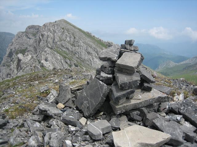 Rutas Montaña Asturias: Cima del Prau de Albo, al fondo Fariñentu