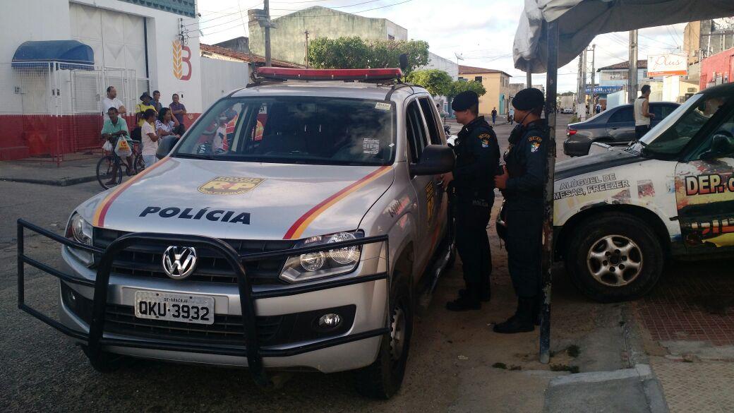 Bandido assalta mercearia, mas acaba baleado pela polícia; comparsa foi preso
