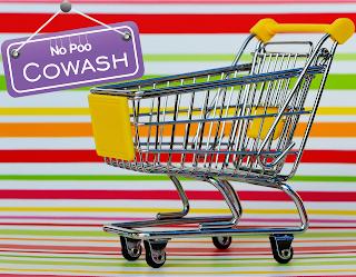 """Carrinho de Supermercado com plaquinha atrás com os dizeres """"No Poo: Cowash"""""""