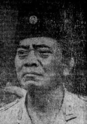 Biografi Urip Sumoharjo      Biodata   Nama lahir : Muhammad Sidik  Lahir : 22 Februari 1893 Purworejo, Hindia Belanda  Meninggal : 17 November 1948 (umur 55) Yogyakarta, Indonesia  Dimakamkan : Taman Makam Pahlawan Kusumanegara  Lama dinas : 1914–1939, 1942, 1945–1948  Pangkat : Letnan Jenderal Jenderal (anumerta)  Perang : Revolusi Nasional Indonesia  Biografi   Urip Sumoharjo dilahirkan di desa Sindurjan, Purworejo pada tanggal 22 Februari 1893. Nama lahir dari Urip Sumoharjo adalah Muhammad Sidik. Ayahnya bernama Soemohardjo, seorang kepala sekolah turunan ulama Muslim di daerahnya dan ibunya adalah putrid Bupati Trenggalek Raden Tumenggung Widjojokoesoemo.  Urip Sumoharjo adalah enam bersaudara. Sejak kecil Urip Sumoharjo sudah menunjukkan bakat kepemimpinannya. Ia sering bergaul dengan anak-anak sebayanya dan mengkomandani mereka untuk bermain.  Suatu hari ia sedang bermain dengan teman-temannya. Ia memajat pohon dan kemudian terjatuh. Akibatnya ia kehilangan kesadaran untuk beberapa waktu. Karena kejadian inilah nama Muhammad Sidik (nama lahirnya) diganti dengan nama Urip Sumoharjo. Urip artinya hidup atau selamat.  Urip Sumoharjo kecil agak bandel, susah diatur. Ketika masuk masa sekolah, ia disekolahkan di Sekolah Putri Belanda (karena sekolah putra udah penuh saat itu). Urip Sumoharjo bukanlah murid yang cerdas, nilai akademisnya bahkan tergolong buruk.  Urip Sumoharjo Masuk KNIL   Ketika Urip Sumoharjo remaja, ia berkenalan