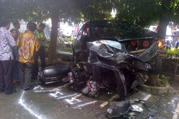 Sebuah mobil yang keluar parkiran rumah sakit menghantam tujuh sepeda motor termasuk penjual bakso