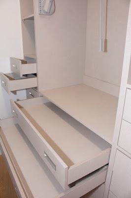 um closet feito à medida da suite