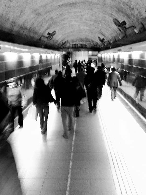 Gente caminando en un andén de subterráneo
