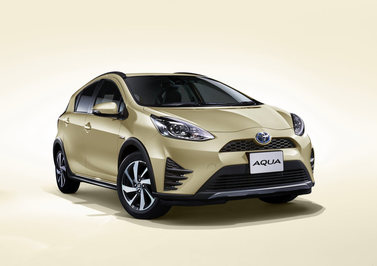 toyota aqua aka the prius c gets a facelift and a new crossover variant carscoops. Black Bedroom Furniture Sets. Home Design Ideas