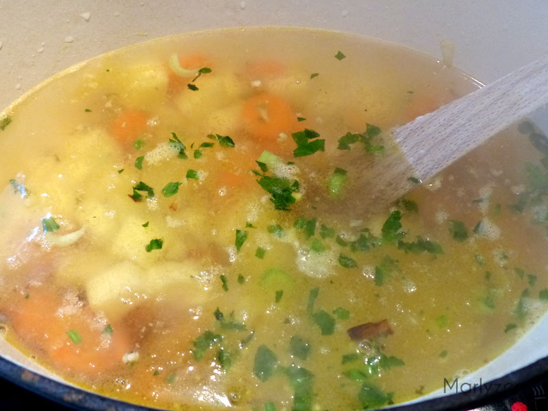 Ajoutez les pommes de terre et le bouillon.
