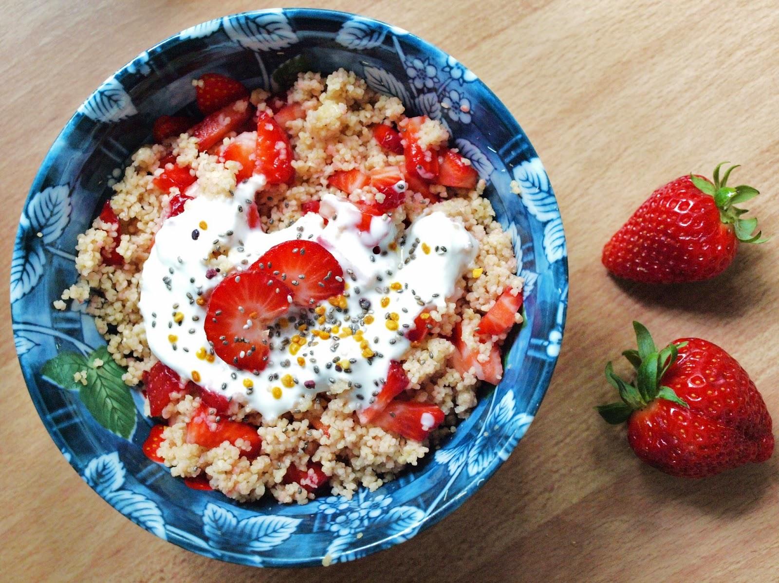 Süßer Couscous mit Rhabarber und Erdbeeren