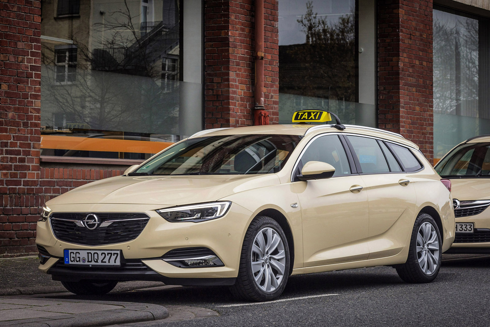 opel insignia tourer makes for a slick lookin 39 taxi carscoops. Black Bedroom Furniture Sets. Home Design Ideas