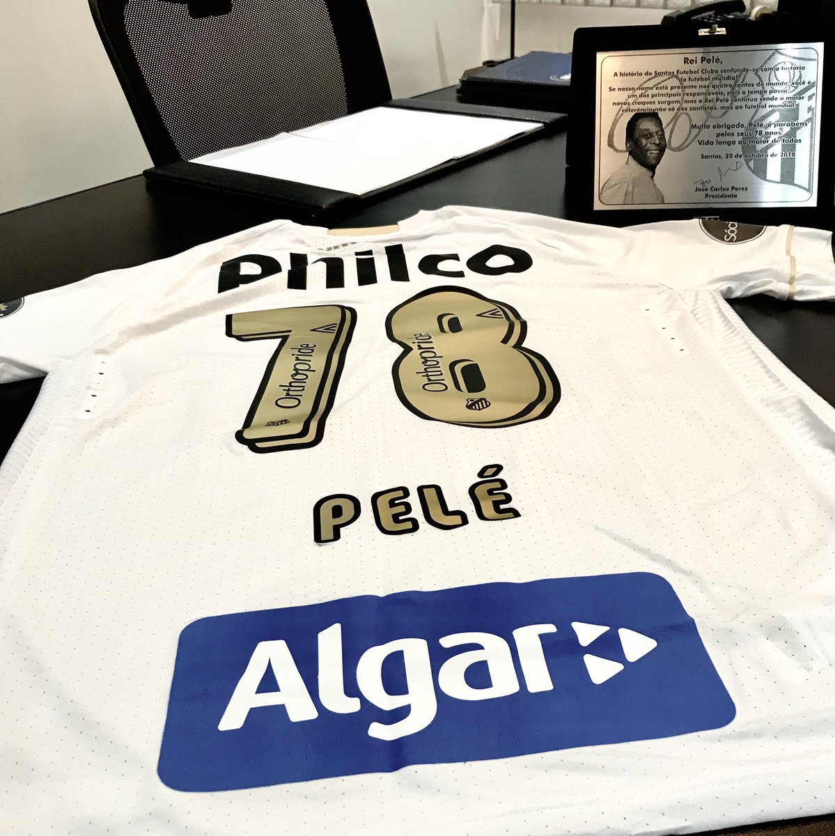 42fb65cc83 Pelé ganha camisa do Santos de presente de aniversário - Show de Camisas