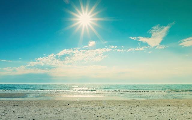 De zee, het strand en zon