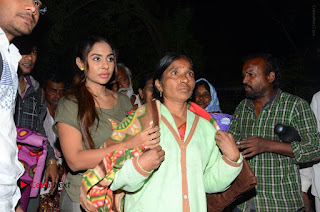 Actress Sri reddy (apthatrust director) Distrubuted Blankets for Orphans at Sai Baba Temple  0051.JPG