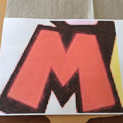met carbonpapier letter M Mario op hout overbrengen