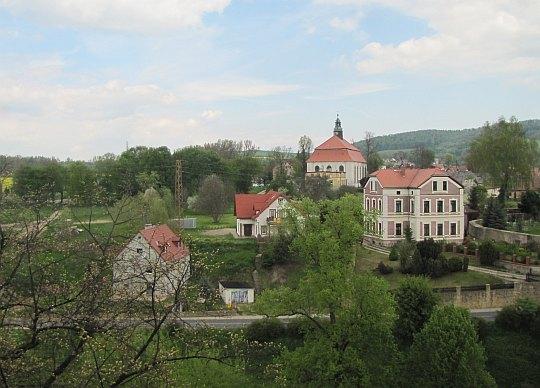 Widok z wieży w kierunku kościoła pw. Matki Boskiej Nieustającej Pomocy w Siedlęcinie.