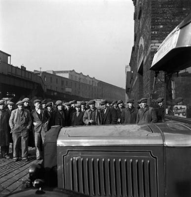 http://www.gamma-rapho-expos.com/var/gr/storage/images/media/images/visuels-expositions/un-photographe-en-liberte-jean-philippe-charbonnier/elections-a-liverpool-angleterre-1950/2196-1-fre-FR/Elections-a-Liverpool-Angleterre-1950.jpg