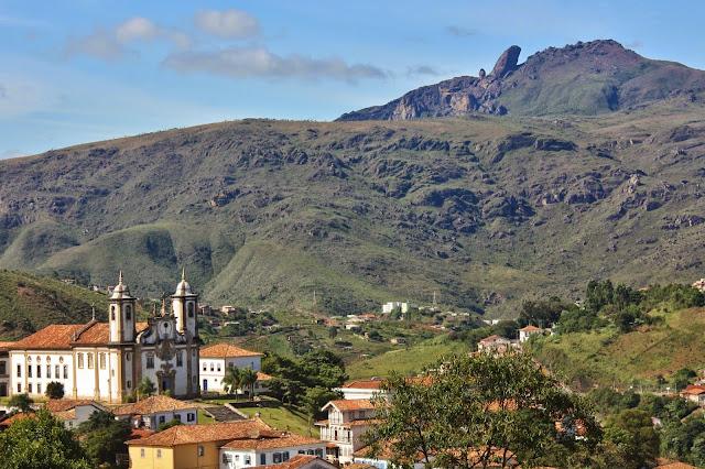 Igreja Nossa Senhora do Carmo e Pico do Itacolomi, em Ouro Preto