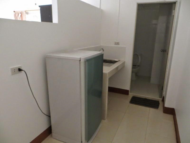 Холодильник, раковина в отеле