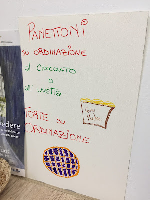 Sign for panettone to order.