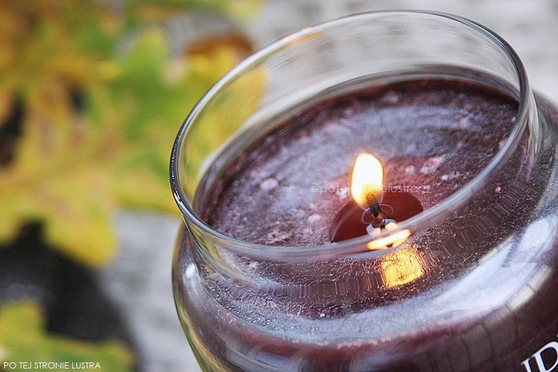 płonący knot świecy zapachowej yankee candle