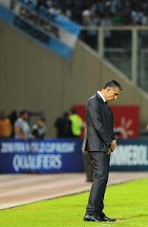 La Selección argentina volvió a decepcionar, cayó en Córdoba con Paraguay y se fue silbada. Agüero erró un penal.