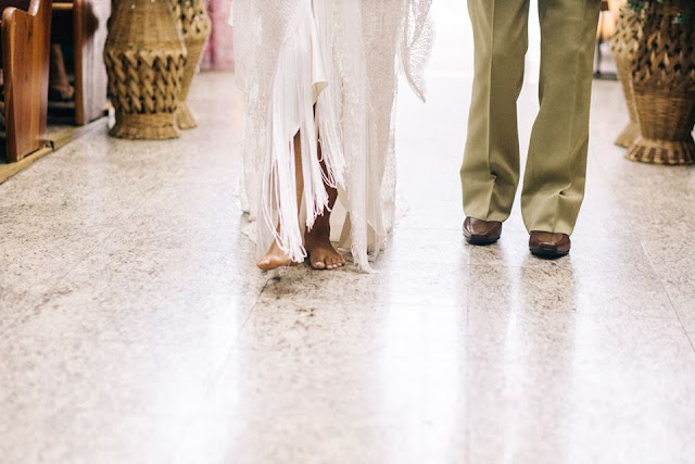 casamento real, sandra e renato, carro da noiva, noiva emocionada, entrada da noiva, brasília, pés descalços
