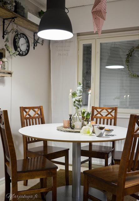 pöytä ikea billsta pyöreä pöytä wieniläistuoli asetelma joulunodotus