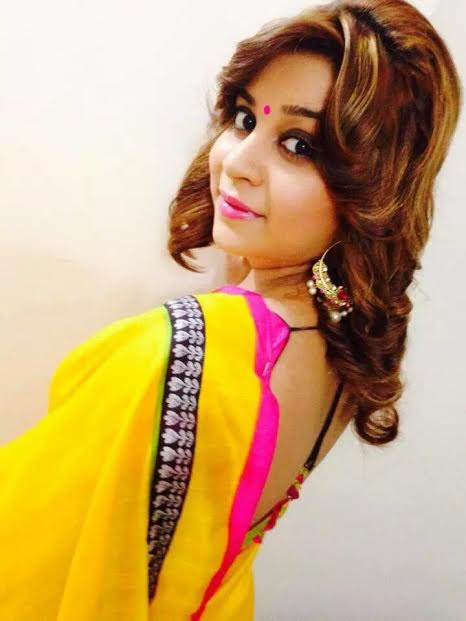 Anara Gupta beautiful wallpaper in yellow saree