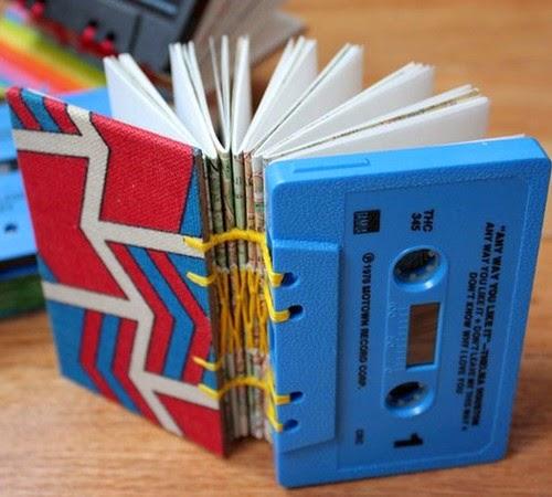 libreta hecha con cassetes reciclados