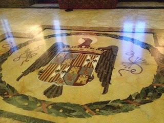 Escudo español en el suelo de la embajada de la Santa Sede