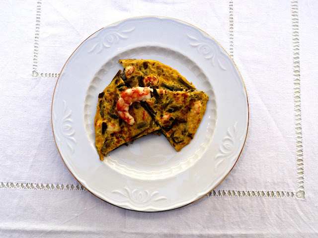 tortilla-esparragos-langostinos-plato