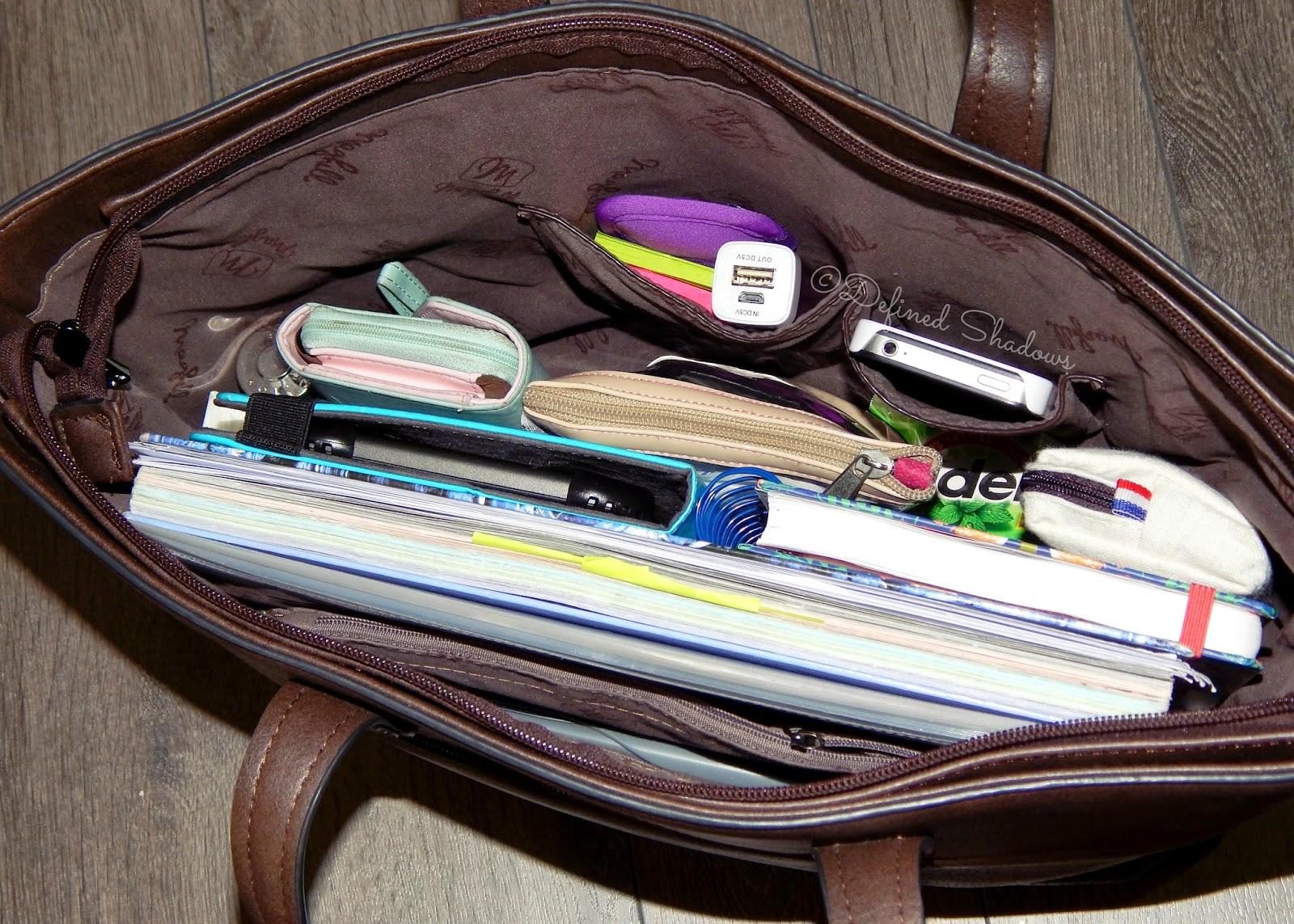 23a337e1f7 Vous le savez certainement déjà, je suis étudiante en faculté et donc mon  sac va forcément contenir mes affaires pour les cours j'ai donc: un grand  cahier 5 ...