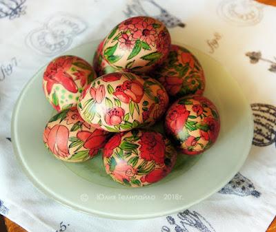 Покрасить яйца в акварельном стиле