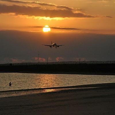 foto pesawat di pantai kelan