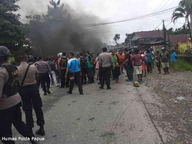 Meski Berakhir Ricuh, Polisi Amankan Blokade Jalan Timika - Kuala Kencana