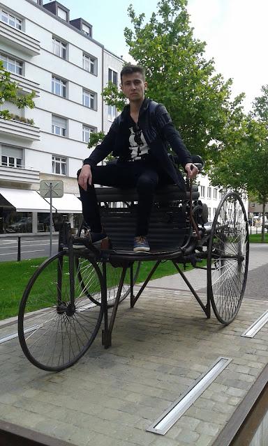Harun İstenci Almanya'da Mannheim meydanında ilk arabanın üzerinde...