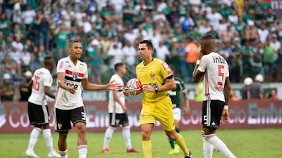 Árbitro anula o gol do Palmeiras contra o São Paulo (Foto: Marcos Ribolli)