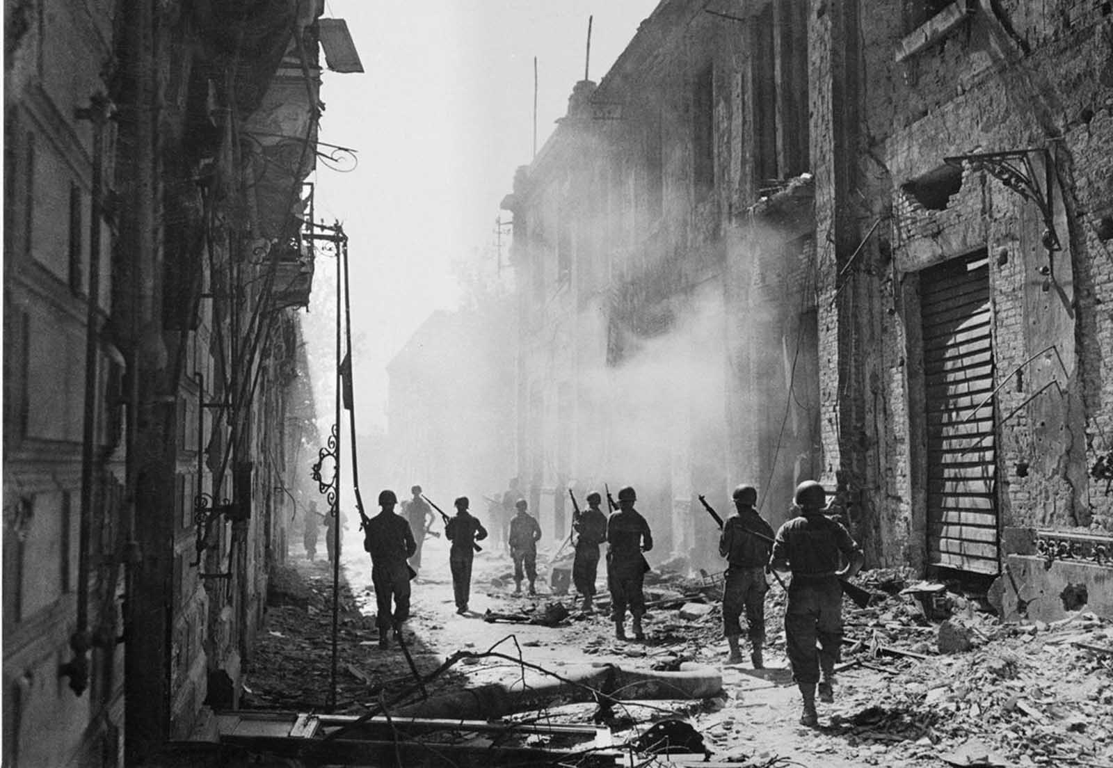 A U.S. reconnaissance unit searches for enemy snipers in Messina, Sicily, on August 1943.